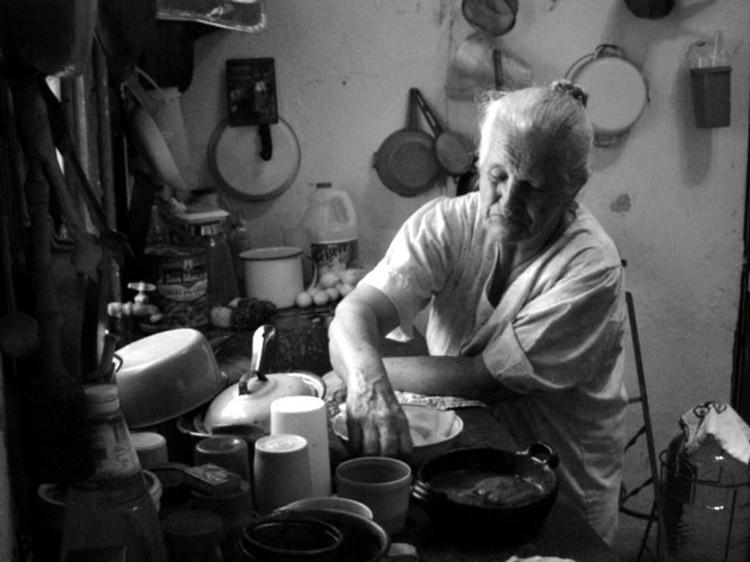 5845758-abuela-feliz-cocinar-una-ensalada-con-nieta-en-la-cocina